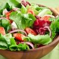 Sajian Salad Sebagai Pembuka dan Menu Utama