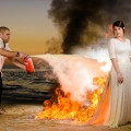 Foto Pre-Wedding Anti Mainstrem, Gaun Dibakar dan Dilumuri Cat Hitam