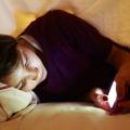 Pakai Gadget Sambil Tidur Terbukti Berefek Buruk